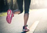 参加户外拓展训练应选择合适的鞋子