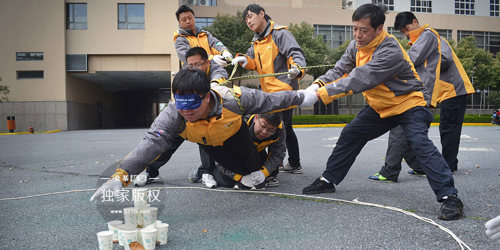 荆棘排雷既考验个人的能力又考验整个团队的协作能力。选择谁作为排雷人员,用怎样的捆绑方式才会又安全又好控制,在取水的过程中其他队员是安静等待还是为队友助威加油,这些都是需要去好好考虑的问题。绳子的松紧、长短以及队友的指挥都影响着排雷人员的工作。
