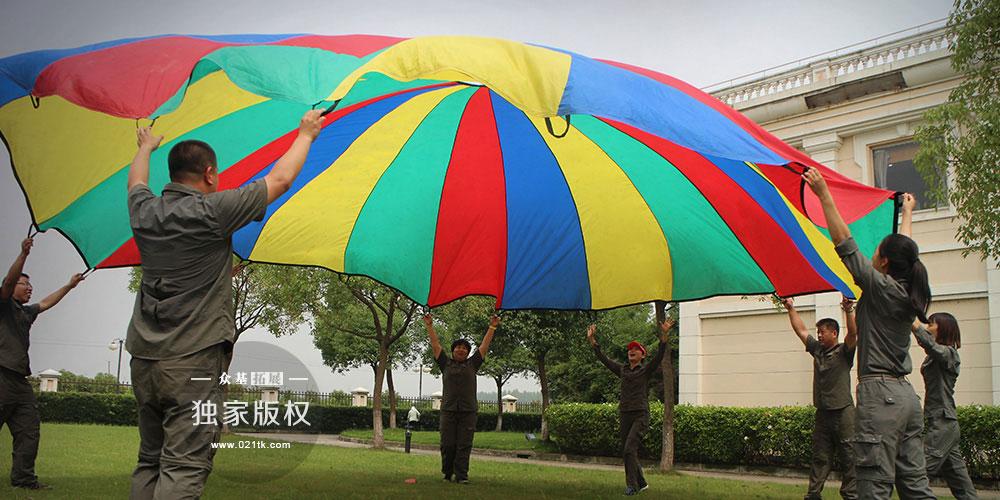 彩虹伞让你想起了什么,儿时吃过糖果或是小时候一直舍不得用的那一盒蜡笔?带着美好的记忆前行,培训师们从彩虹伞中能挖掘出许多创意的玩法,无论是搭建彩虹帐篷还是抛彩珠,彩虹伞趣味多多,色彩斑斓更能吸引孩子们的注意力。